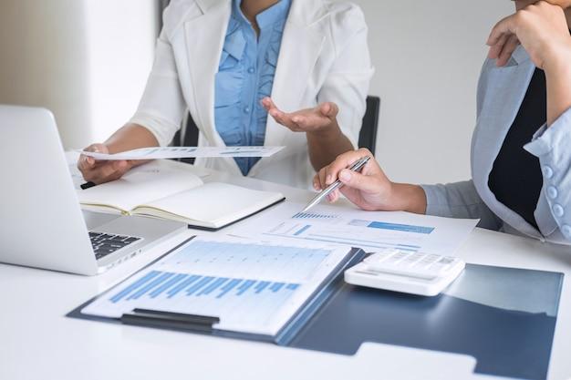 Partner professionale della donna di affari che discute del piano di idee e della presentazione del nuovo progetto alla riunione della collaborazione, lavorando e analizzando nell'ufficio dell'area di lavoro, finanziario e di investimento