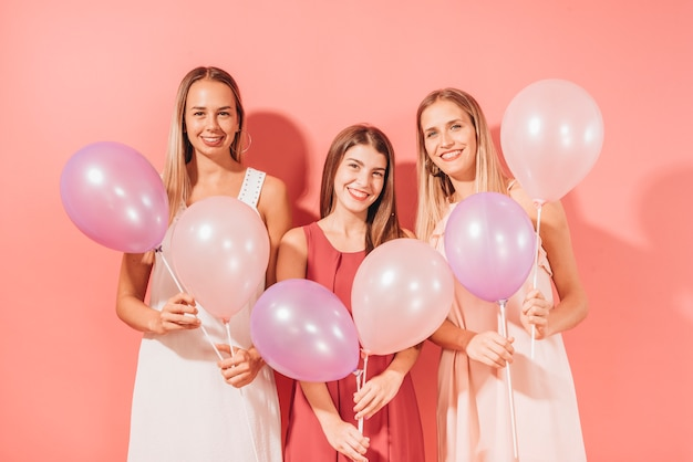 Party girls in posa con palloncini