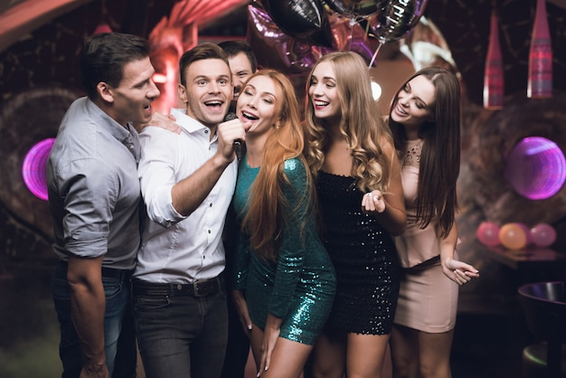 Party time people canta nel karaoke club