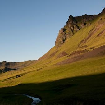 Pascolo nella valle di montagna con flusso