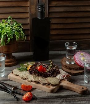 Pashtet di manzo con foglie di lattuga e pomodoro.