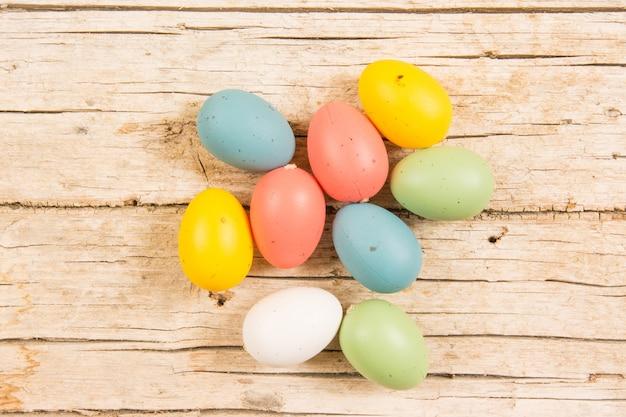 Pasqua con le uova colorate fatte a mano sulla tavola di legno.
