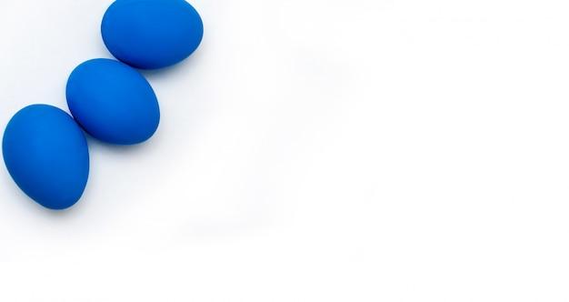 Pasqua concetto di minimalismo. colore alla moda dell'anno - blu classico. vista dall'alto. copia spazio per il tuo testo