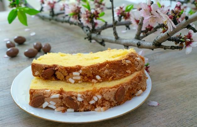 Pasqua dolce italiana tradizionale sui precedenti di legno