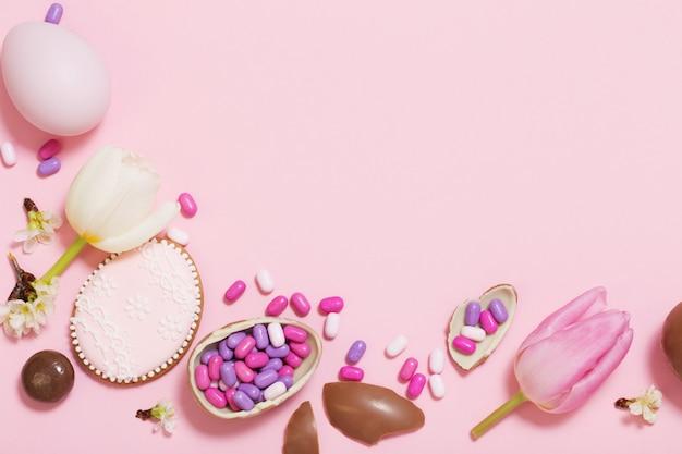 Pasqua sfondo rosa con uova e fiori