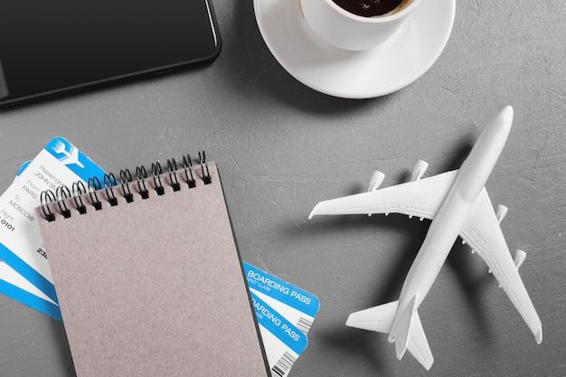 Passaggio di imbarco e aeroplano del giocattolo sulla vista del piano d'appoggio