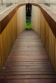 Passaggio pedonale del tunnel di legno in discesa