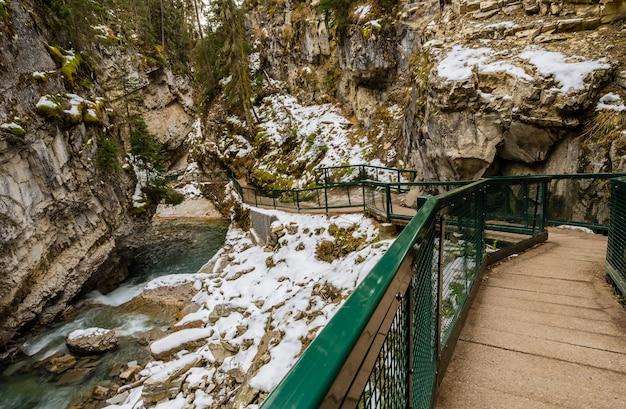 Passaggio pedonale di johnston canyon nel parco nazionale di banff, alberta, canada
