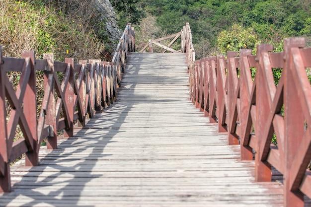 Passaggio pedonale di legno a lan di koh in tailandia