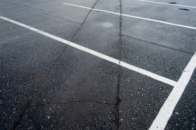 Passaggio pedonale vicino ai parcheggi, strisce bianche e gialle.