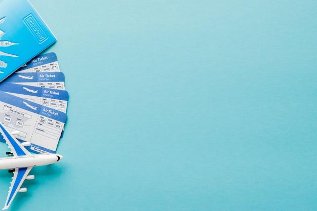 Passaporto, aereo e biglietto aereo su sfondo blu. concetto di viaggio, copia spazio