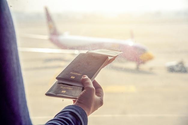 Passaporto della tailandia della stretta della mano all'aeroporto