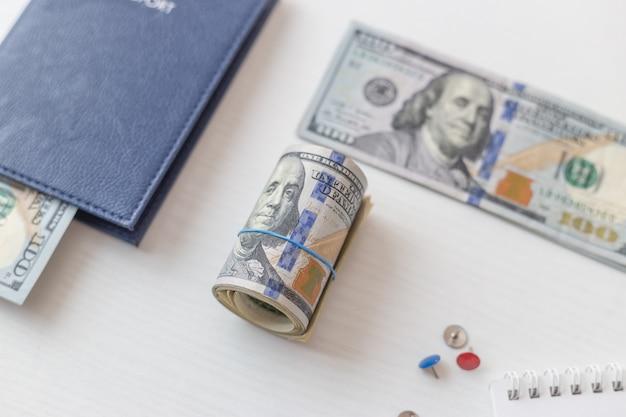 Passaporto e banconote da un dollaro su bianco isolato