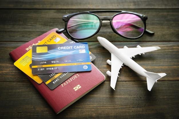 Passaporto e carta di credito sullo scrittorio di legno