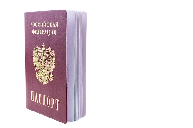Passaporto russo su sfondo bianco