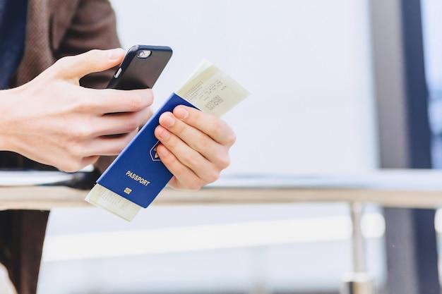 Passaporto telefonico e biglietti closup
