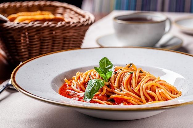 Passata di pomodoro con spaghetti e basilico