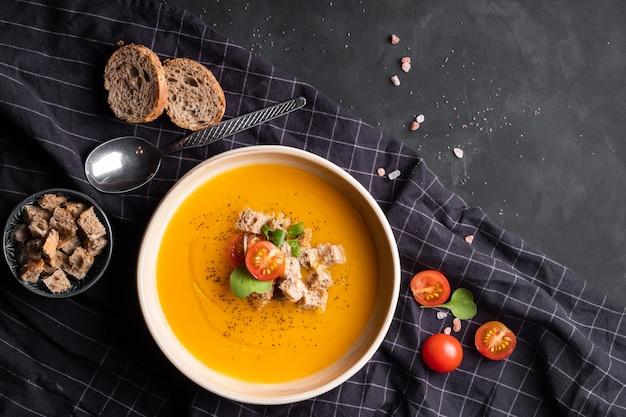 Passata di zuppa di verdure con crostini e pomodori