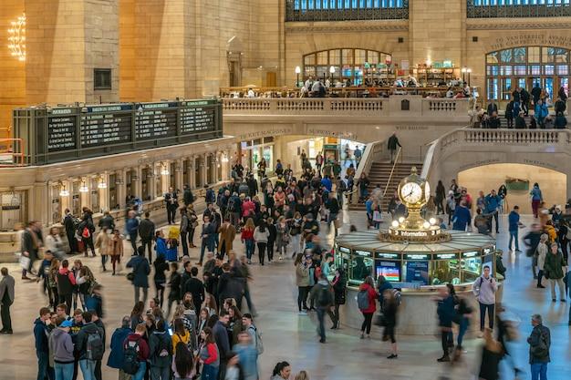 Passeggeri e turisti indefiniti che visitano la grand central station. midtown manhattan, new york city. stati uniti, affari e trasporti