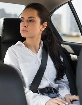 Passeggero seduto in macchina e guardando attraverso il finestrino