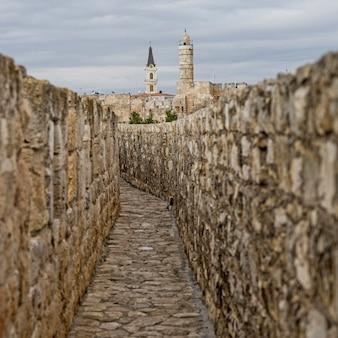 Passeggiata a muro nella città vecchia con la torre del re david citadel in background, gerusalemme, israele