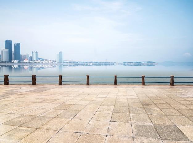 Passeggiata con lo sfondo del mare