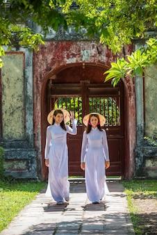 Passeggiata della ragazza del vietnam nella città di tonalità del tempio di thien mu