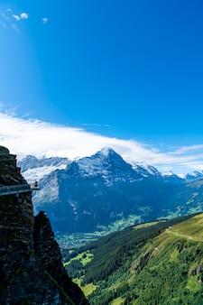 Passeggiata della scogliera del cielo sul primo picco della montagna delle alpi a grindelwald svizzera