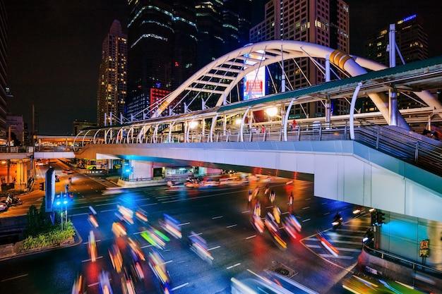 Passeggiata e traffico pubblici del cielo alla stazione di treno di alianti di chong nonsi alla notte, bangkok, tailandia