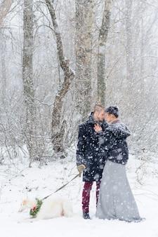 Passeggiata invernale in una tempesta di neve con un cane