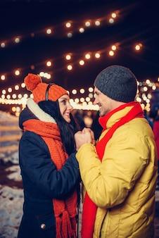 Passeggiata invernale serale, coppia di innamorati sulla piazza
