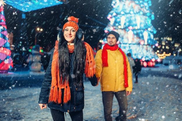 Passeggiata invernale serale, coppia di innamorati