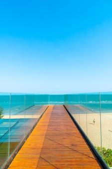 Passerella e scala con oceano sullo sfondo del punto di vista del mare