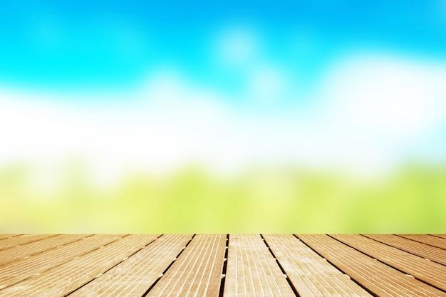 Passerella in legno con vista sfocata