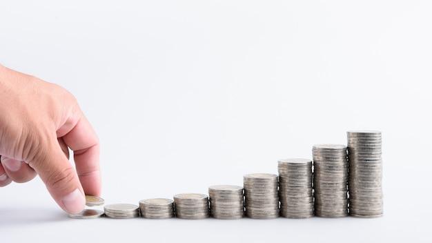 Passi con soldi crescenti del risparmio di crescita di punto della pila dei soldi, investimento di affari di finanza di concetto