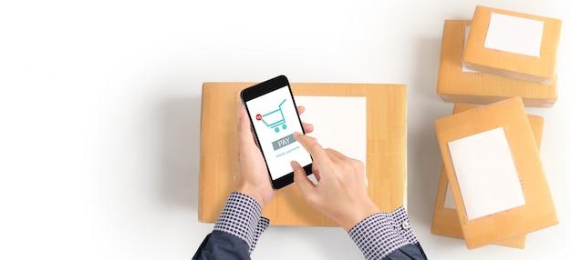 Passi il dispositivo dello smartphone della tenuta e lo schermo commovente, funzionamento dell'imprenditore. shopping online imprenditore pmi