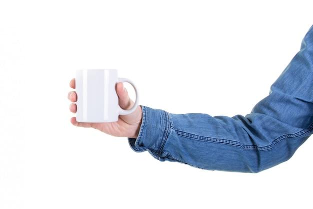 Passi il tè della tazza da caffè della tenuta dell'uomo con derisione vuota dello spazio della copia sullo spazio in bianco
