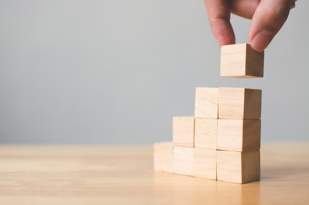 Passi la disposizione del blocco di legno che impila sulla cima con la tavola di legno