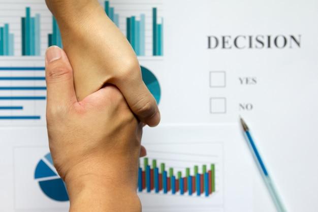 Passi la scossa fra gli uomini di affari sulla decisione della sfuocatura e sul fondo finanziario del grafico