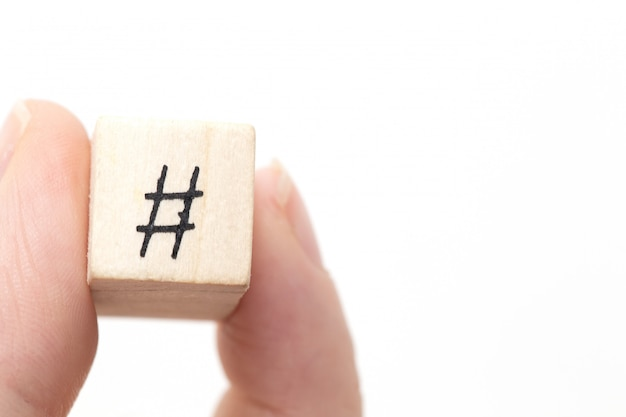 Passi la tenuta del cubo di legno con un hashtag un simbolo, concetto sociale di media