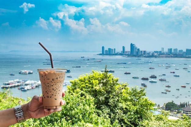 Passi la tenuta il caffè e il mare ghiacciati con molte barche a pattaya.