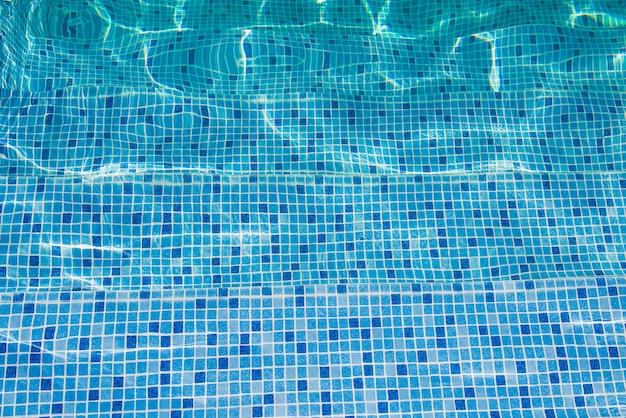 Passi per la piscina.