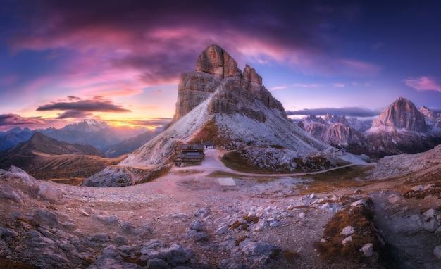 Passo di montagna e bel cielo con nuvole colorate al tramonto