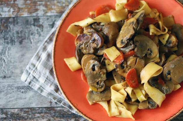 Pasta ai funghi in salsa cremosa.