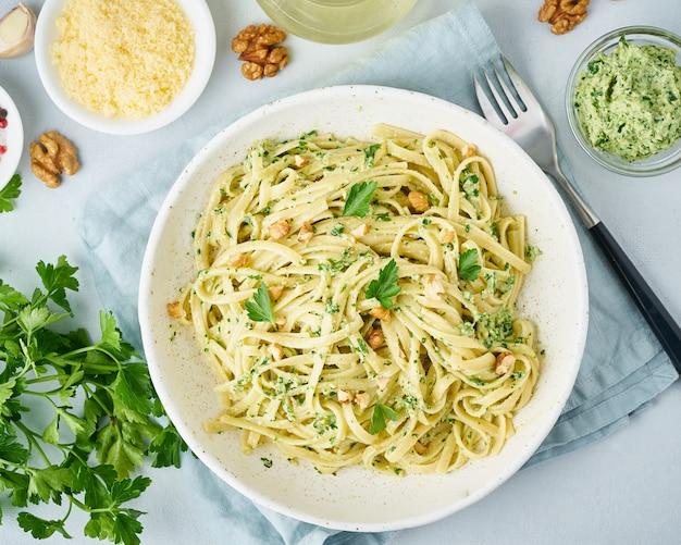 Pasta al pesto, bavette alle noci, prezzemolo, aglio, noci, olio d'oliva.