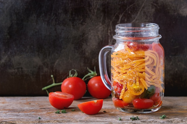 Pasta al pomodoro in barattolo di vetro