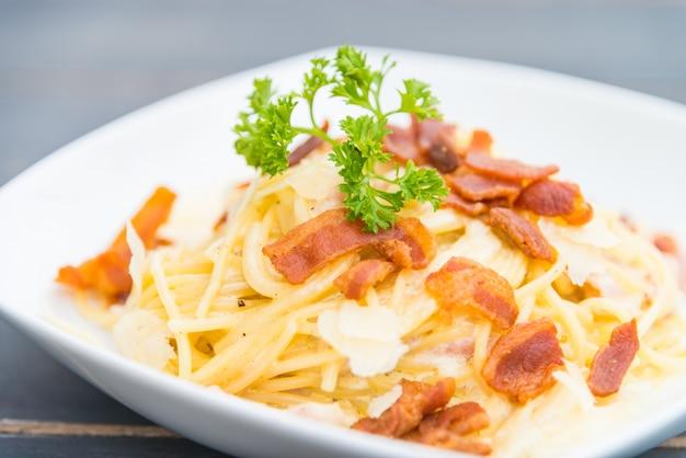 Pasta alla carbonara crema cibo pancetta