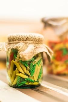 Pasta colorata in barattolo di vetro