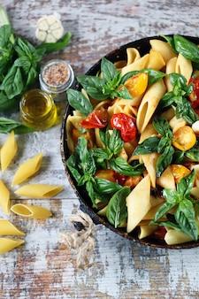 Pasta con basilico e verdure