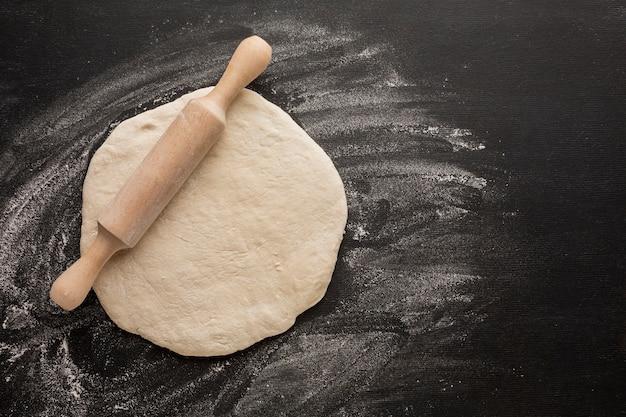 Pasta con il mattarello sulla farina
